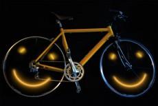 lachend fietsen