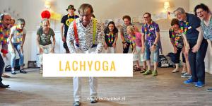 Lachyoga door begeleider met groep